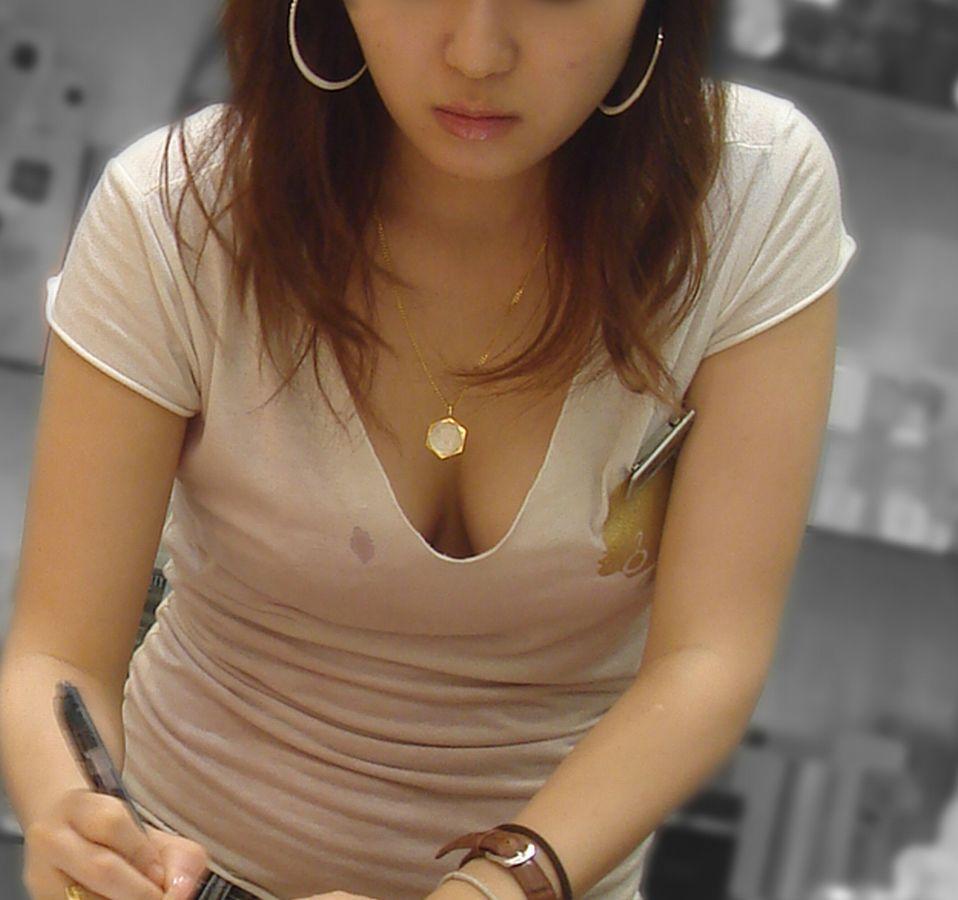 おっぱいチラチラ見えている女の子 (2)