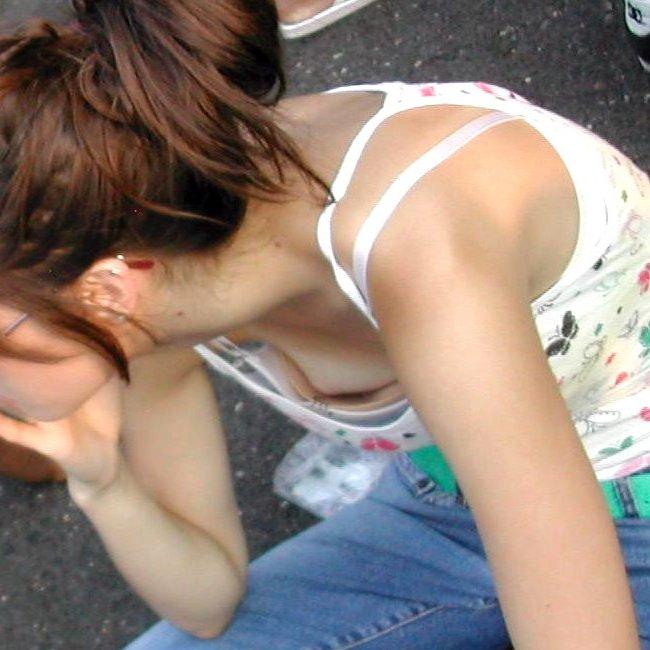 【胸チラ エロ画像】思わず胸元を覗き込んじゃう、素人女性たちの胸チラ