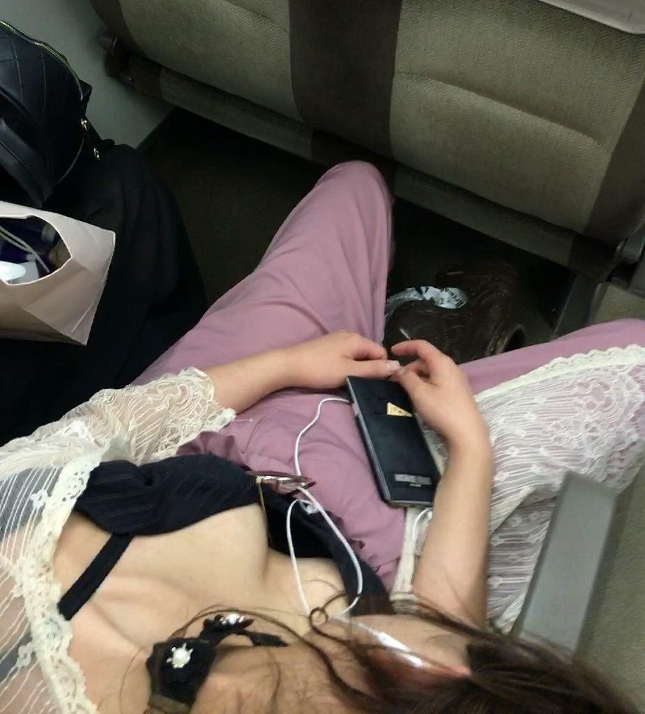 車内で見かけた胸の谷間 (2)