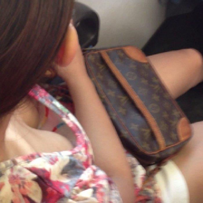 【胸チラ エロ画像】電車の中を見回すと、胸チラ娘たちを発見しちゃった