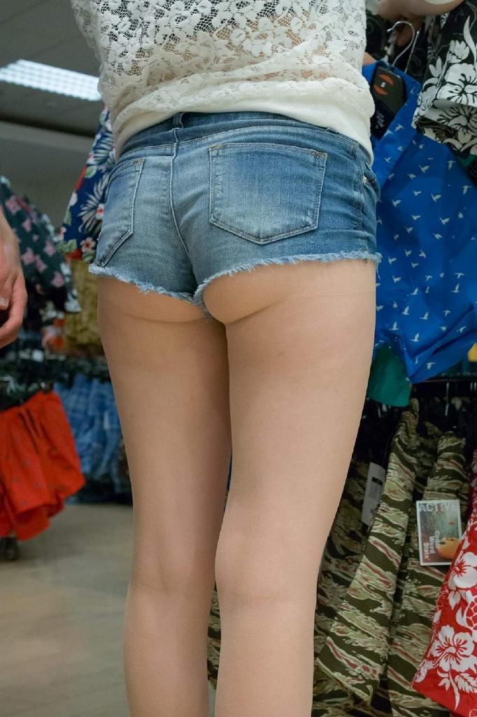 ショートパンツから尻や下着が見えてる (4)