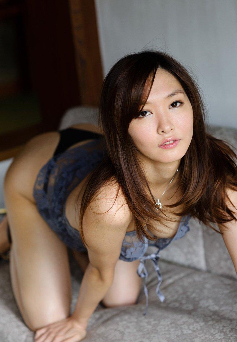 セクシーな下着だけを身に着けた女の子 (12)