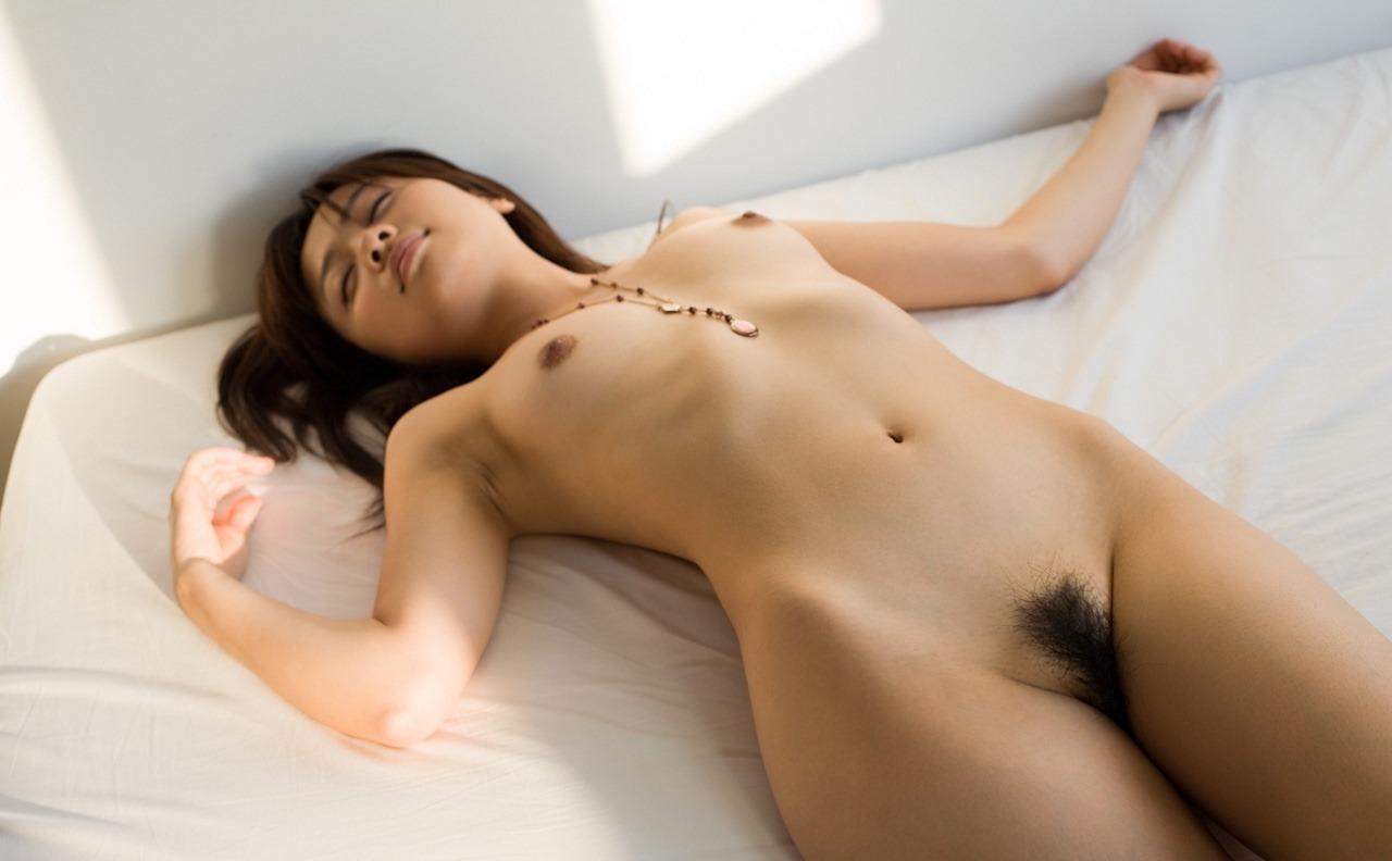真っ裸に寝転がっている美女たち (10)