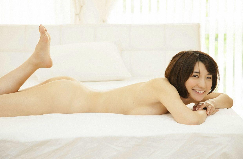 真っ裸に寝転がっている美女たち (7)