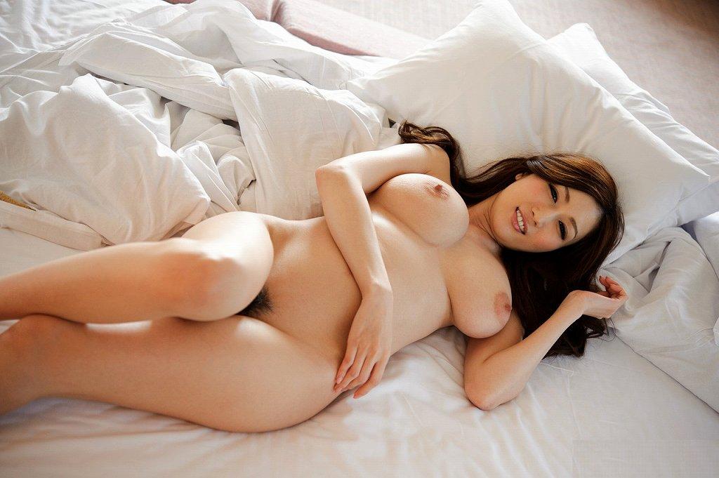 真っ裸に寝転がっている美女たち (16)