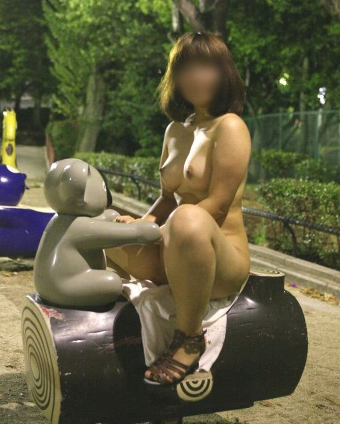 屋外で素っ裸になっちゃう変態な女の子 (19)