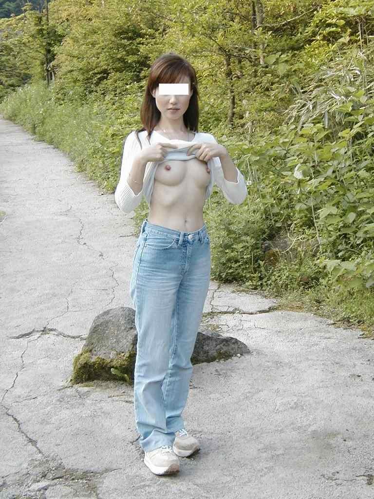 乳房を屋外でポロリと出しちゃう女の子 (13)