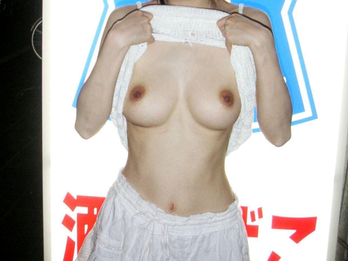 乳房を屋外でポロリと出しちゃう女の子 (8)