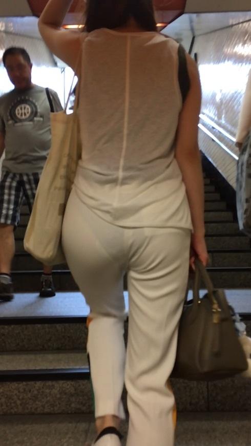 下着が尻から透けまくりな素人さん (3)