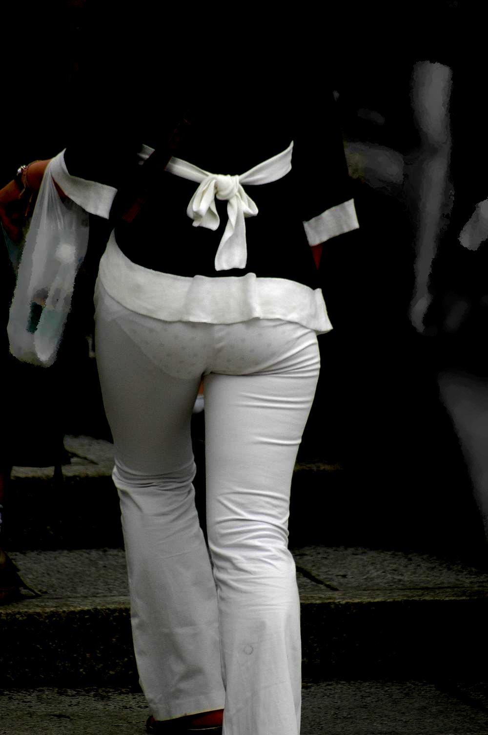 下着が尻から透けまくりな素人さん (6)