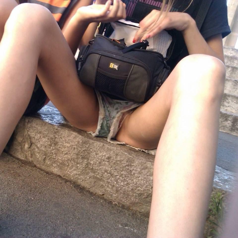 短いホットパンツの裾からパ○チラしてる素人娘たち