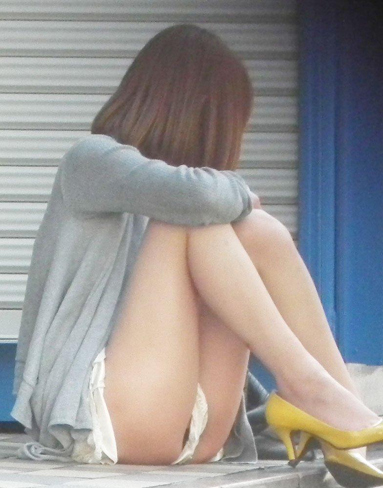ショートパンツと太腿の間からパンツがチラチラ (16)