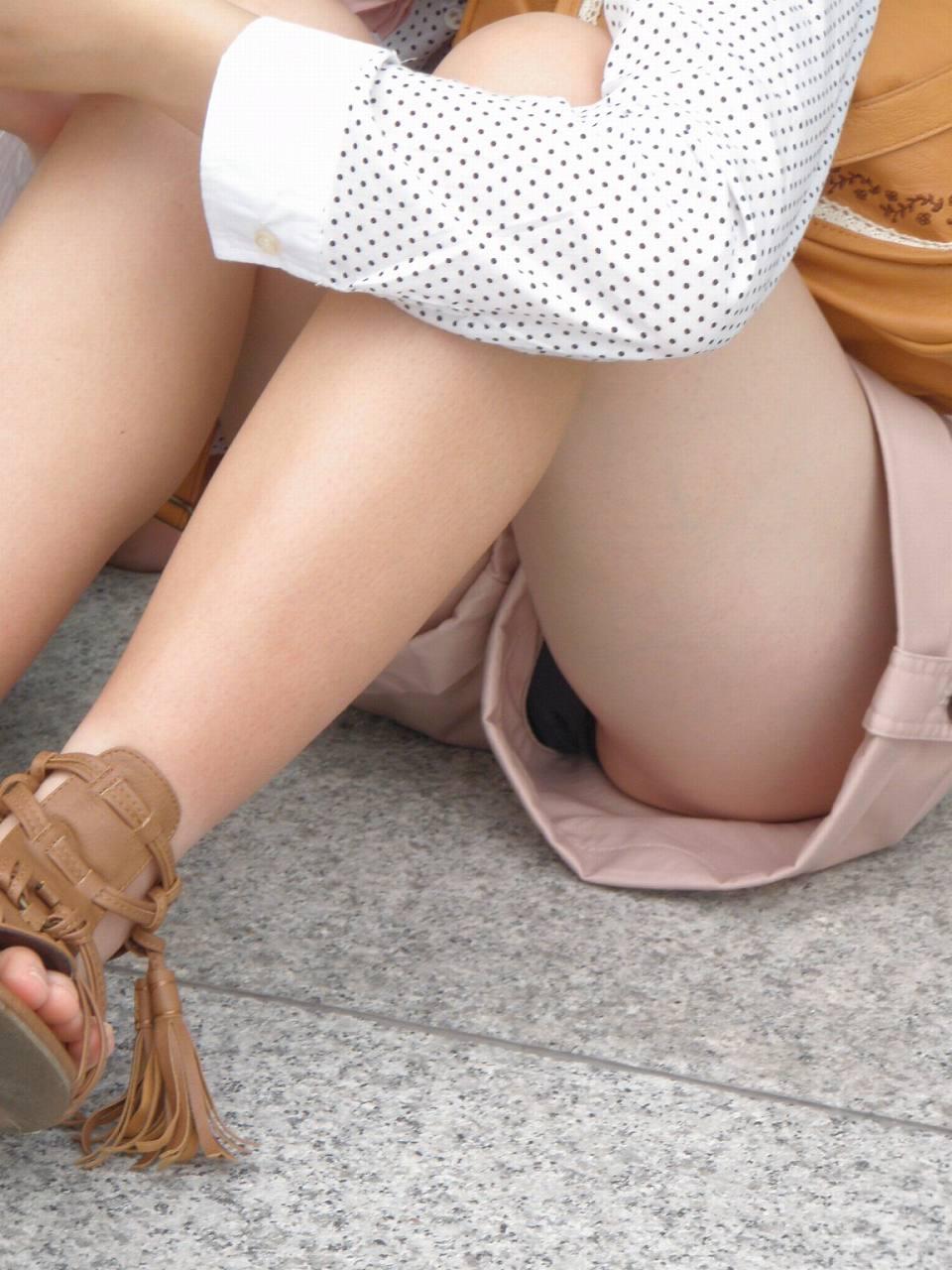 ショートパンツと太腿の間からパンツがチラチラ (15)