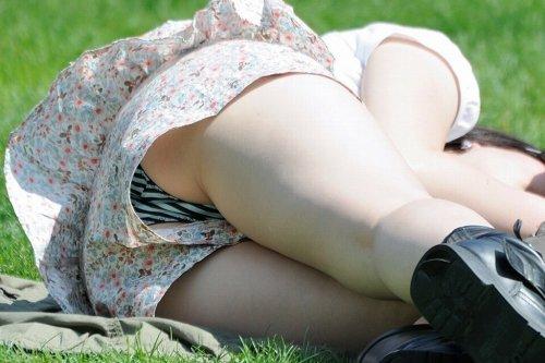 ショートパンツと太腿の間からパンツがチラチラ (10)