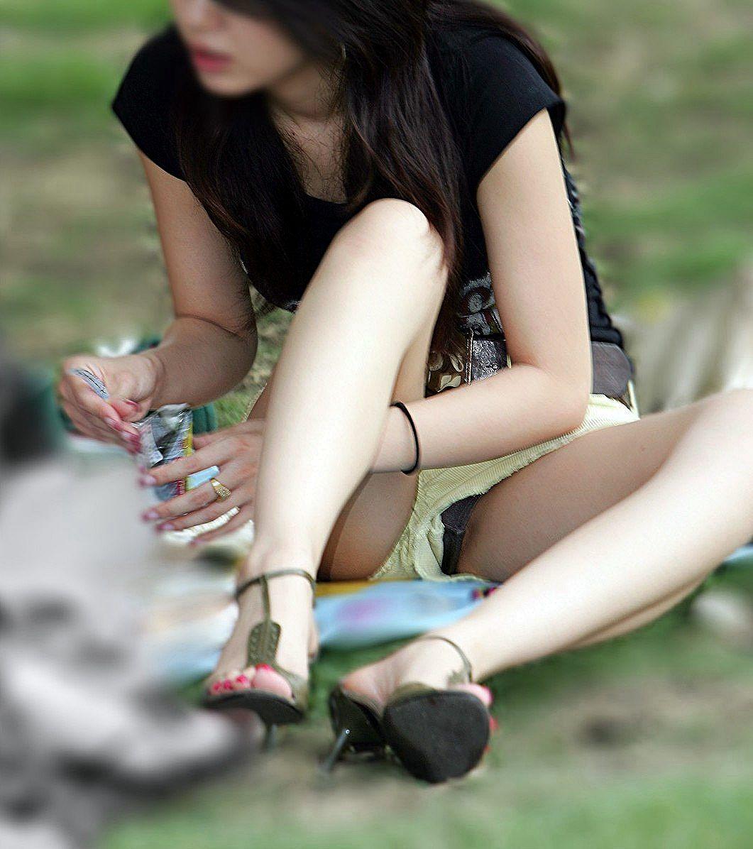 ショートパンツと太腿の間からパンツがチラチラ (18)