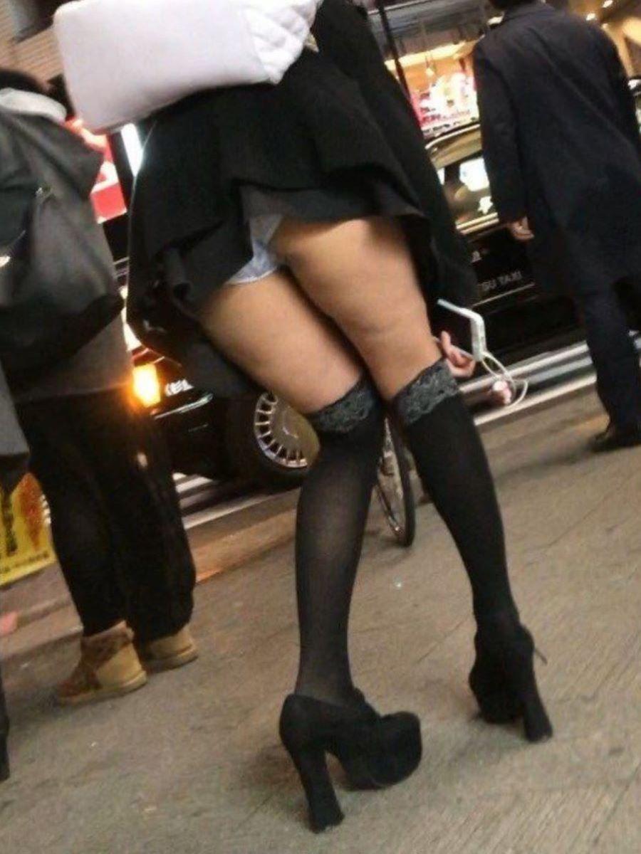 ミニスカートから下着が見えちゃった素人さん (5)