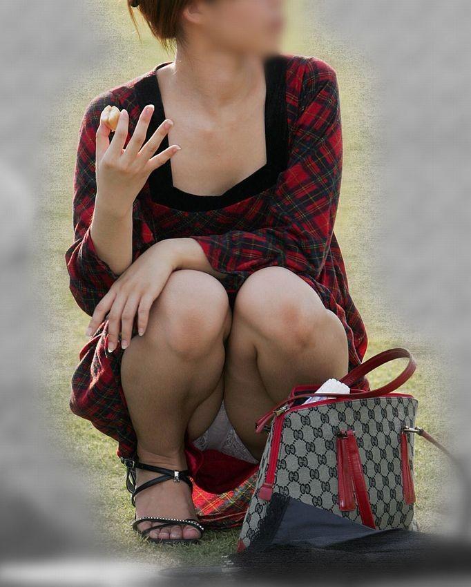 スカートと脚の隙間から下着がチラ見え (4)