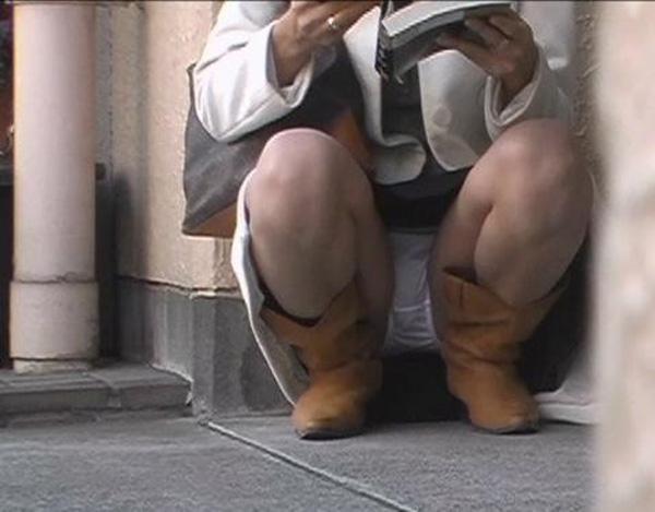 スカートと脚の隙間から下着がチラ見え (10)