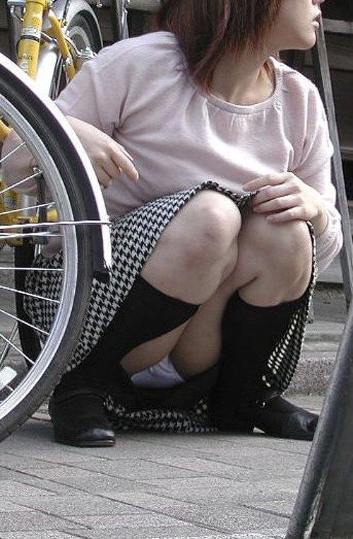 スカートと脚の隙間から下着がチラ見え (12)