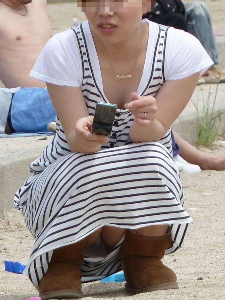 スカートと脚の隙間から下着がチラ見え (11)