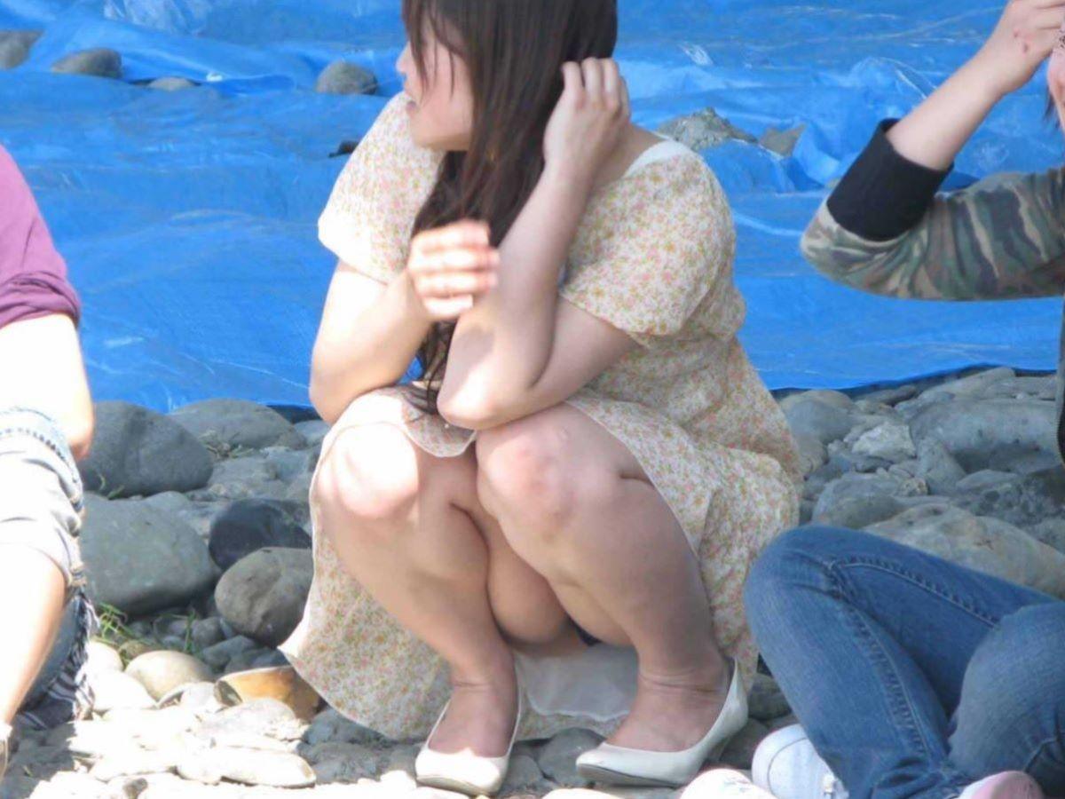 スカートと脚の隙間から下着がチラ見え (9)
