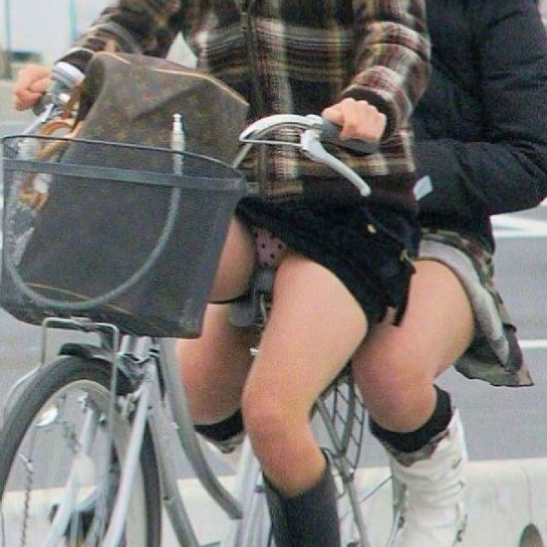 自転車のパンチラ画像!!チャリチラしてる素人w ほか
