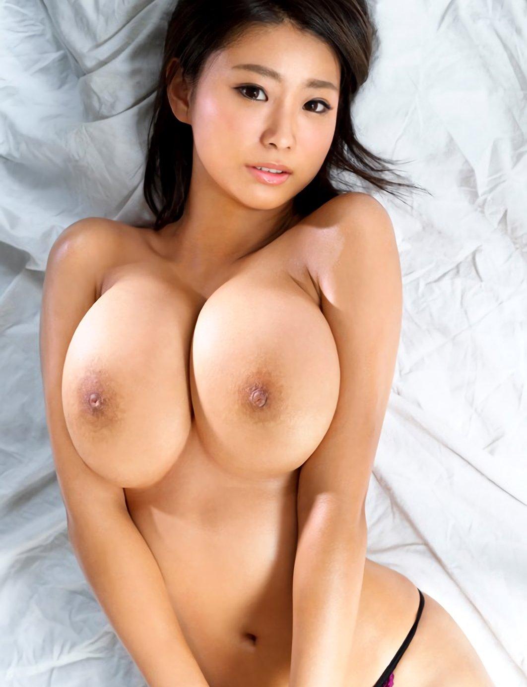 デカい乳房が重そうな女の子 (3)