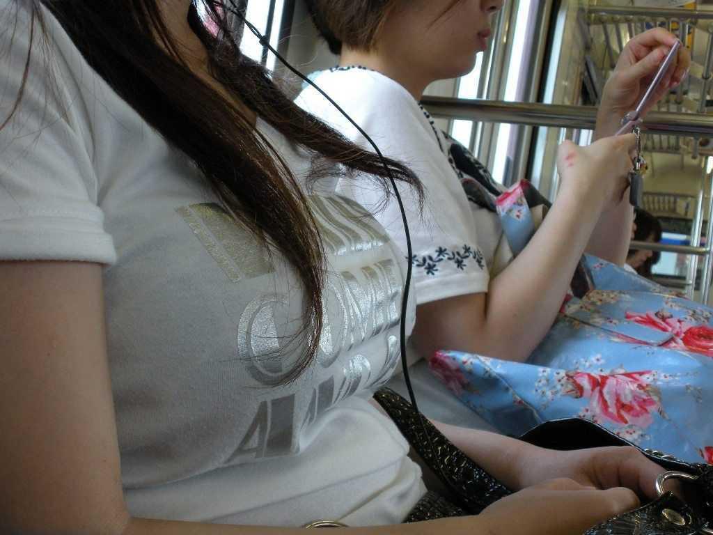 デカい乳房の女の子が電車に乗ってた (11)