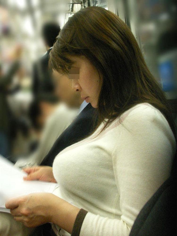 デカい乳房の女の子が電車に乗ってた (7)