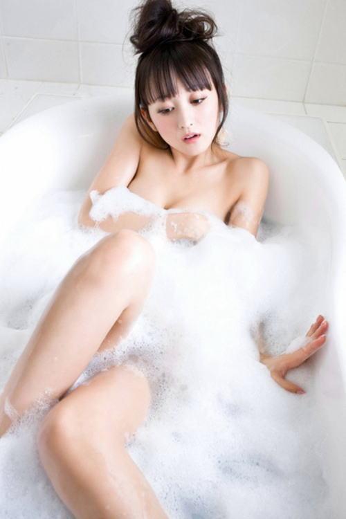 泡で大事な部分を隠す泡ブラ (4)