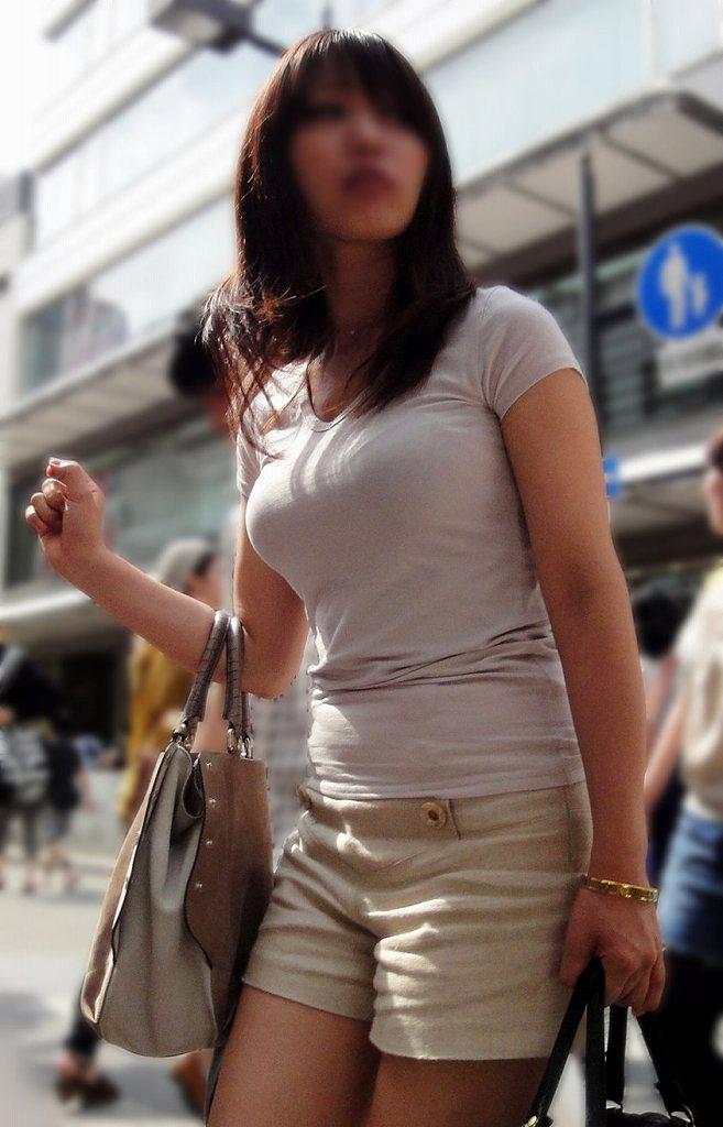 服から飛び出してきそうなデカい乳房 (19)
