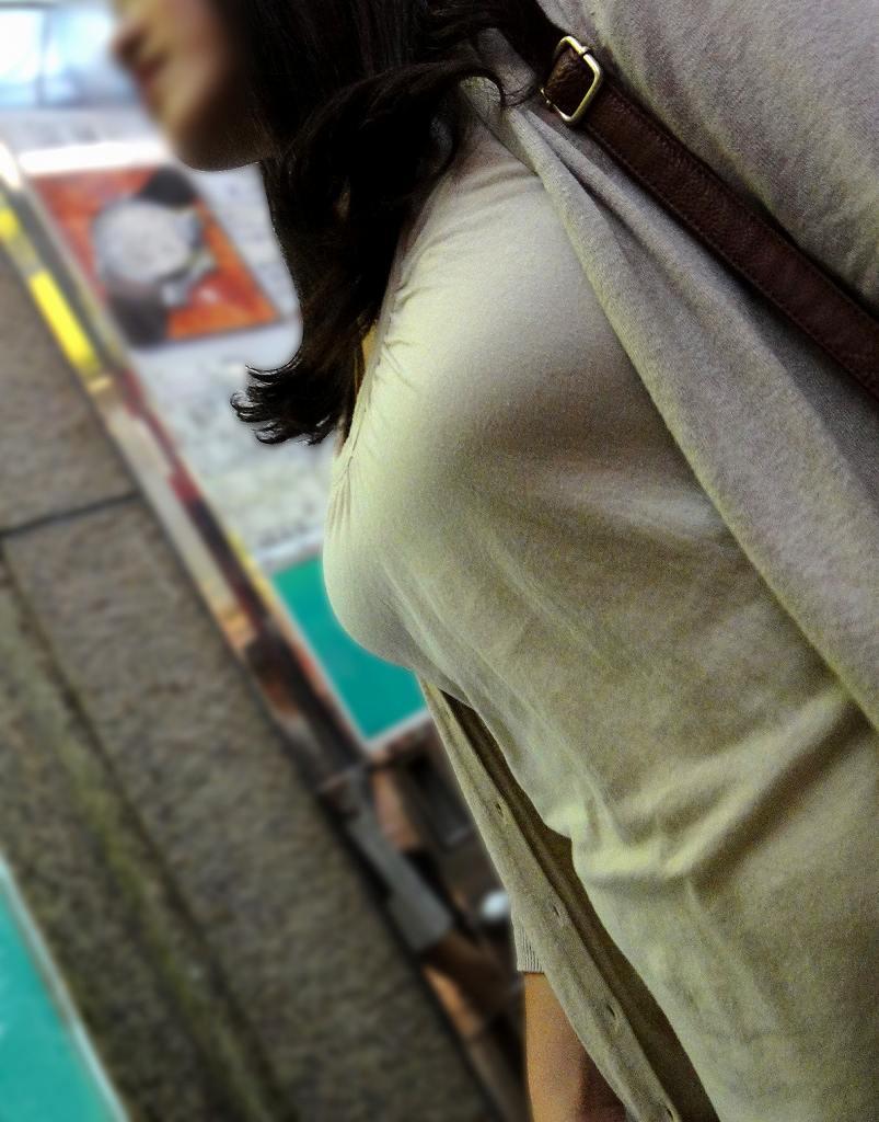 服から飛び出してきそうなデカい乳房 (14)
