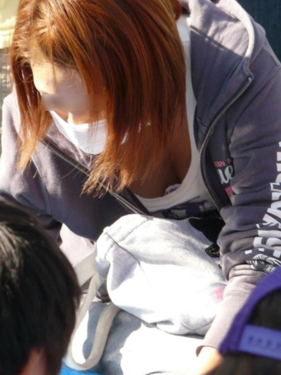 デカい乳房が見えている若奥様 (4)