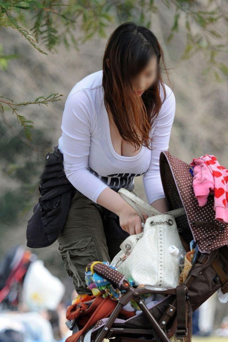 デカい乳房が見えている若奥様 (19)