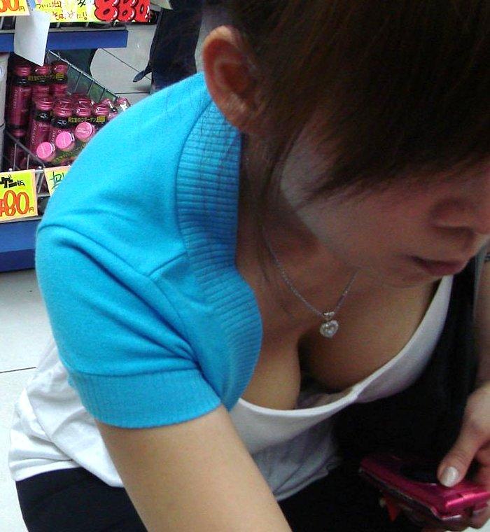【胸チラ エロ画像】買物に夢中になり、おっぱいがチラ見えしてる素人女性たち