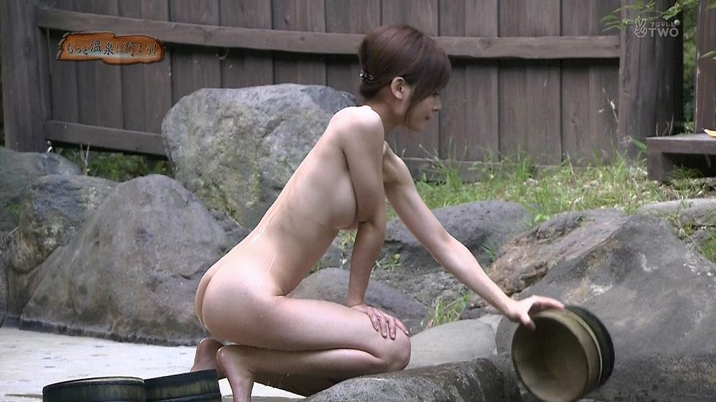 限界まで乳房を露出しちゃった芸能人 (14)