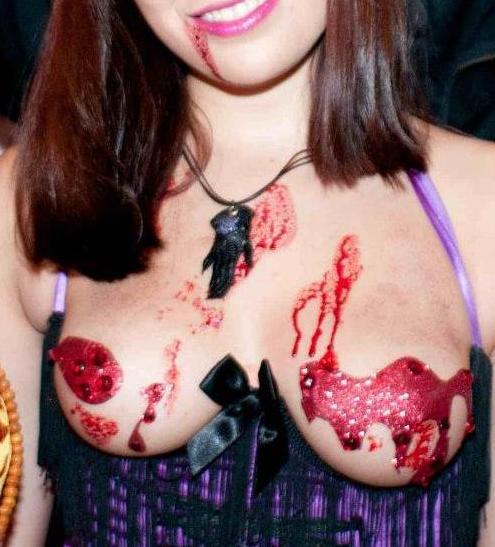 ハロウィンをセクシー衣装で楽しむ女の子 (9)