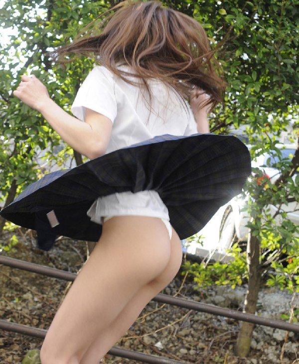 スカートを捲って可愛いケツを出しちゃう (3)