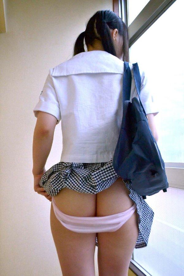 スカートを捲って可愛いケツを出しちゃう (19)