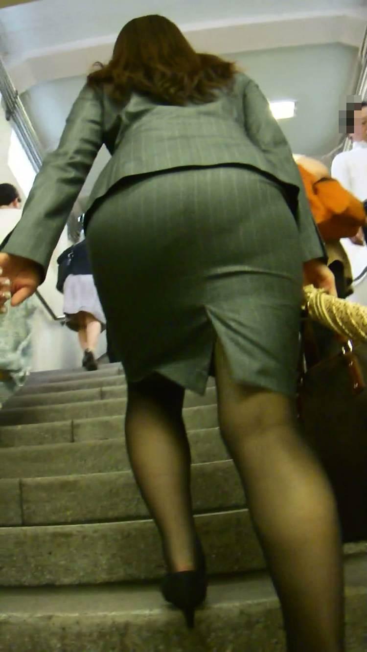 お尻にピタッと張り付いているスカート (12)