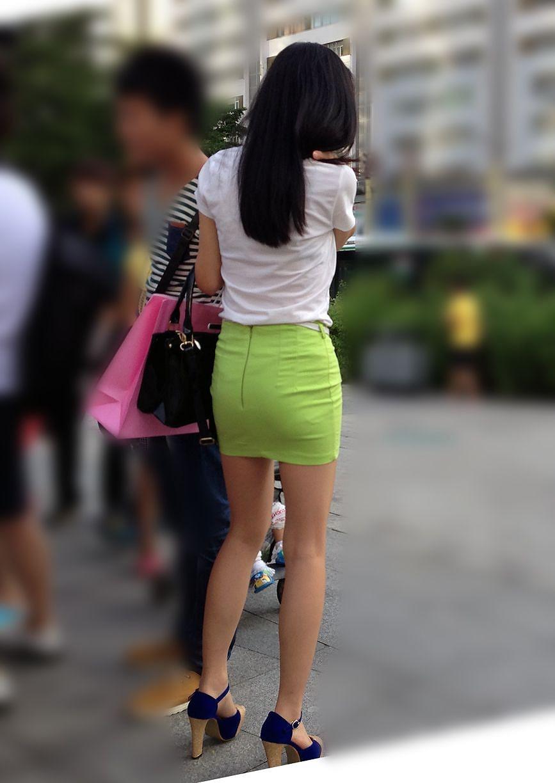 お尻にピタッと張り付いているスカート (10)