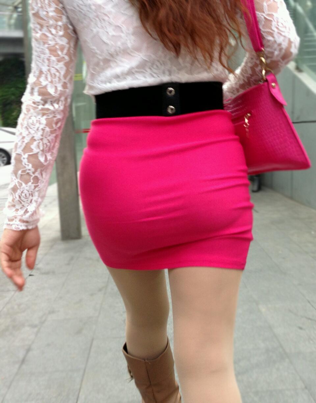 お尻にピタッと張り付いているスカート (8)