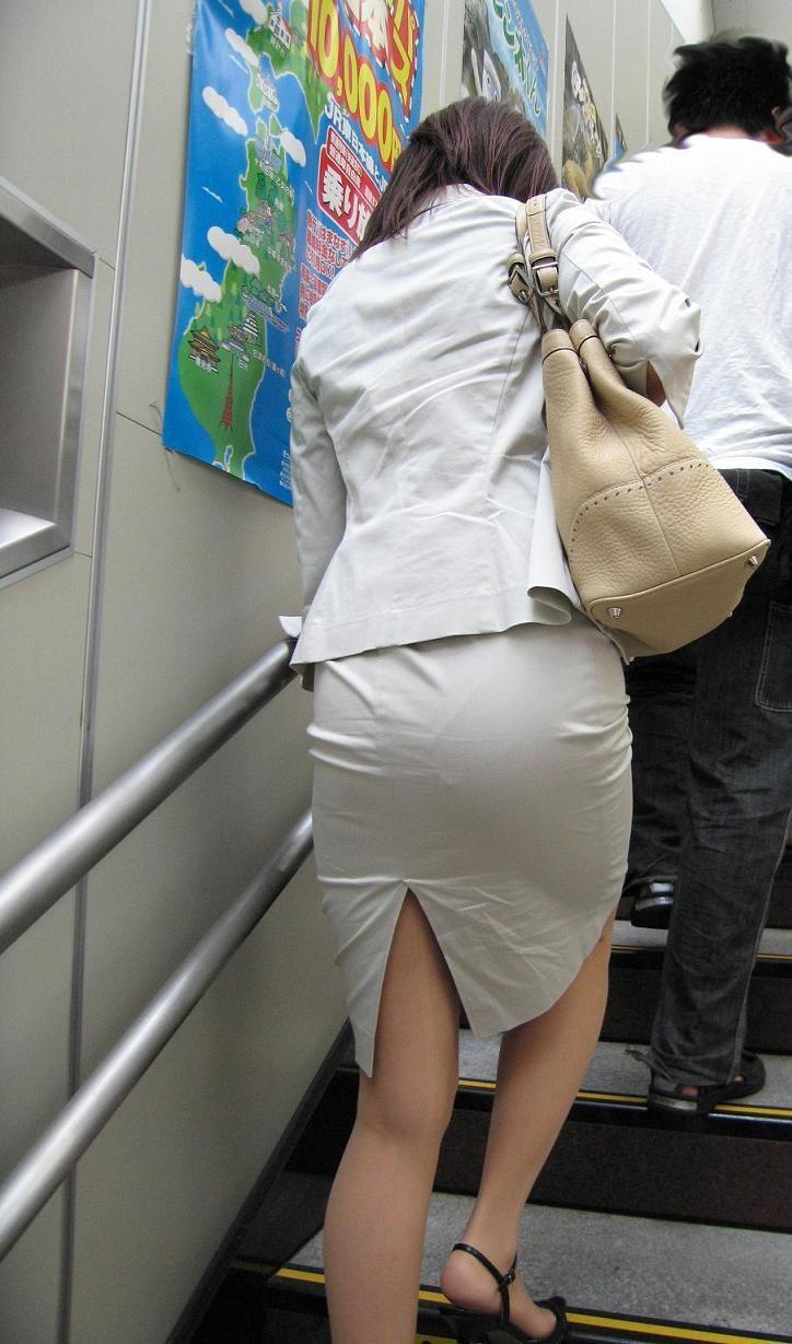 お尻にピタッと張り付いているスカート (20)