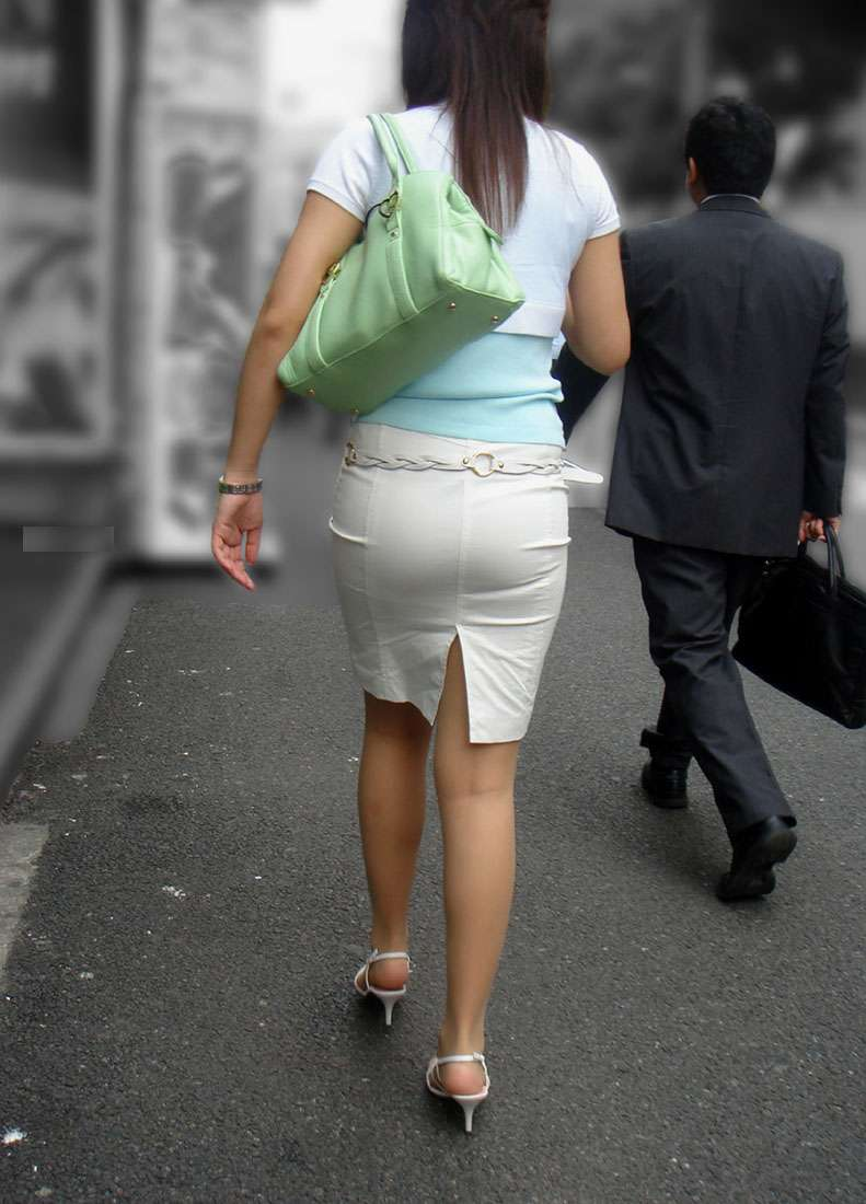 お尻にピタッと張り付いているスカート (18)