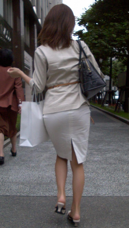 お尻にピタッと張り付いているスカート (9)