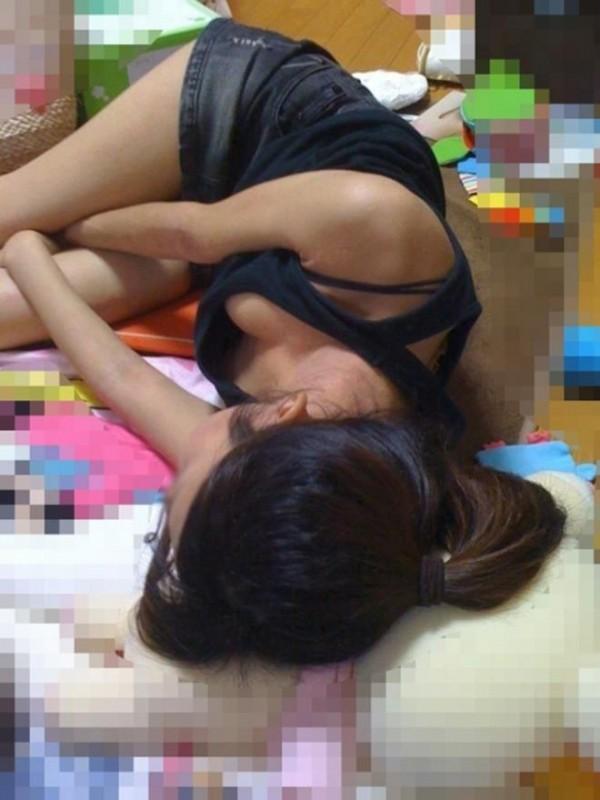 部屋の中で裸になって寛ぐ素人さん (18)
