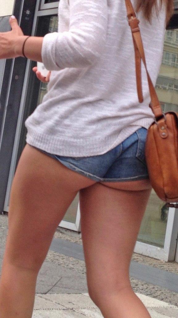 ハミ尻やパンチラしてる女の子を街撮り (13)