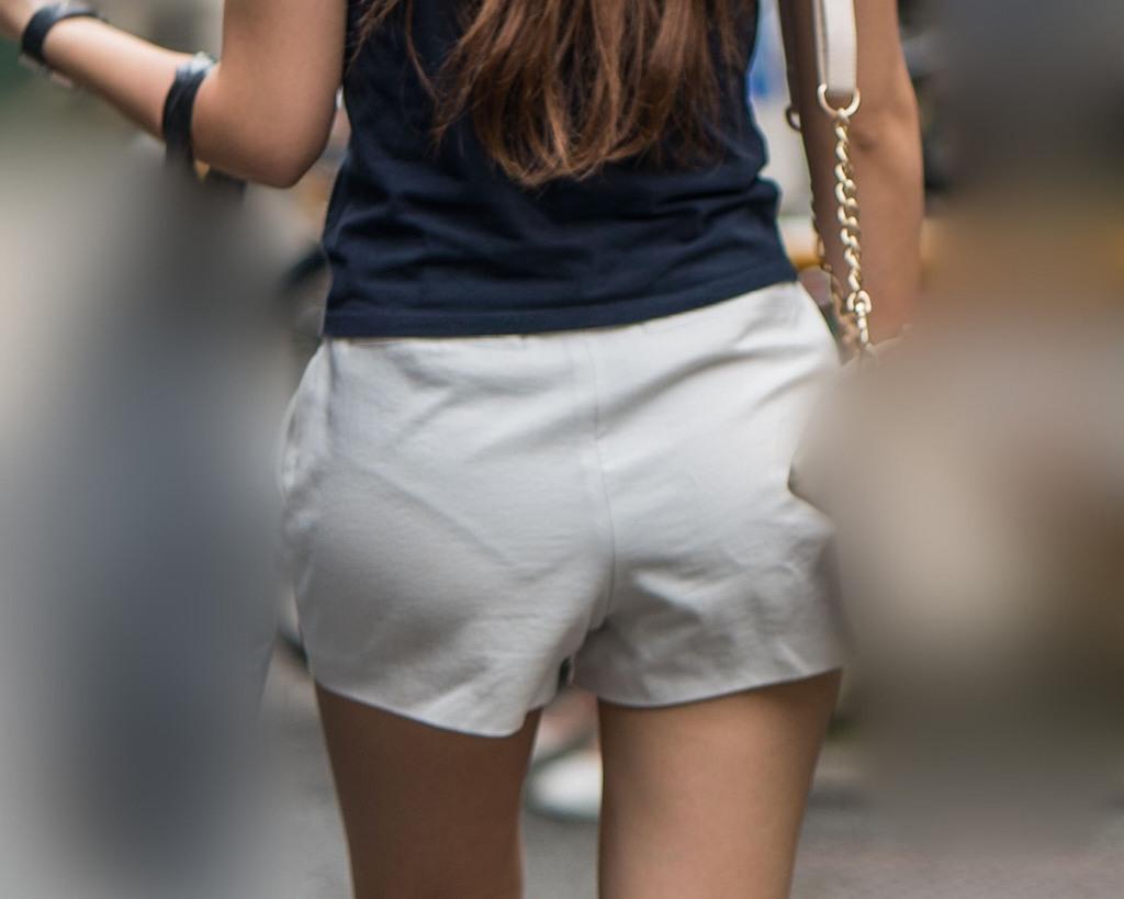 ハミ尻やパンチラしてる女の子を街撮り (14)