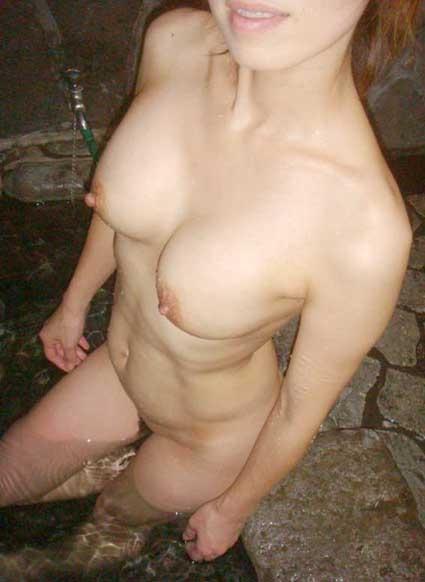 入浴中なのに素っ裸で撮られた女の子 (10)