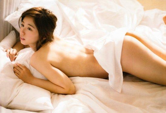 アイドルや女優がパンツを脱いで美尻を丸出し (16)